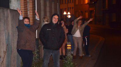 """Denderhoutemnaars zingen 'Mijn dorpje' na applaus voor werkenden tijdens coronacrisis: """"Gevoel van samenhorigheid als dorp"""""""