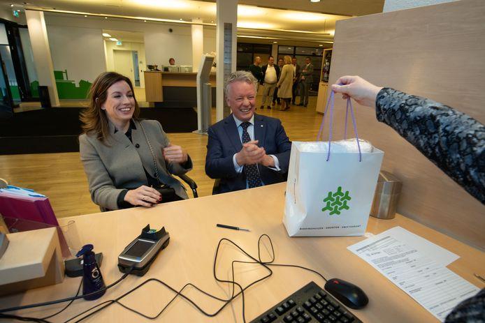 Burgemeester Gebben en zijn vrouw krijgen een welkomspresentje nadat ze zich hebben ingeschreven als inwoners van Dronten.