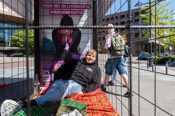 Twaalf uur lang zat kapper Stefan de Graaf opgesloten in een kooi op de Willemstraat. Gelukkig voor hem werkte het zonnetje een beetje mee.