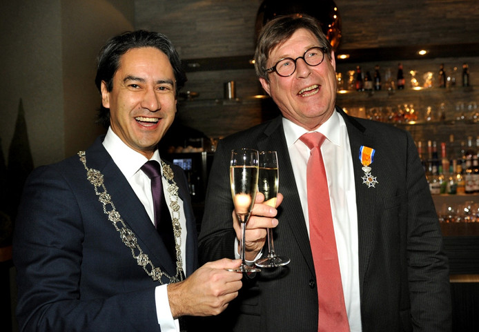 Roompot-directeur Henk van Koeveringe (r) kreeg een onderscheiding uit handen van de Middelburgse burgemeester Harald Bergmann (l).