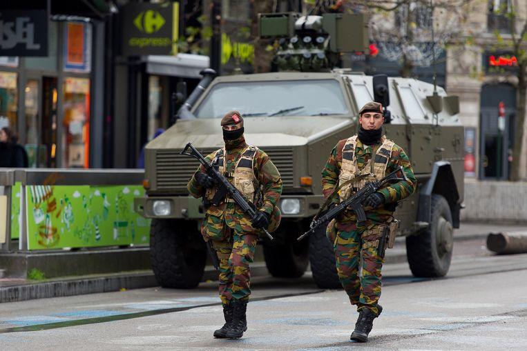 Zwaarbewapende militairen patrouilleren in de Brusselse straten.