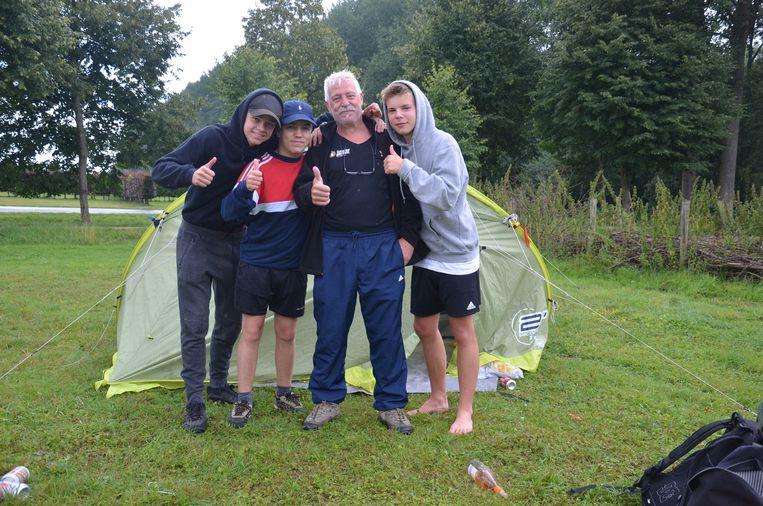 Vrienden Sacha, Yari en Boris uit Dilbeek zijn zeer te spreken over de goede zorgen van campingconciërge Patrick Van de Wielle, bekend als 'Schumi'.