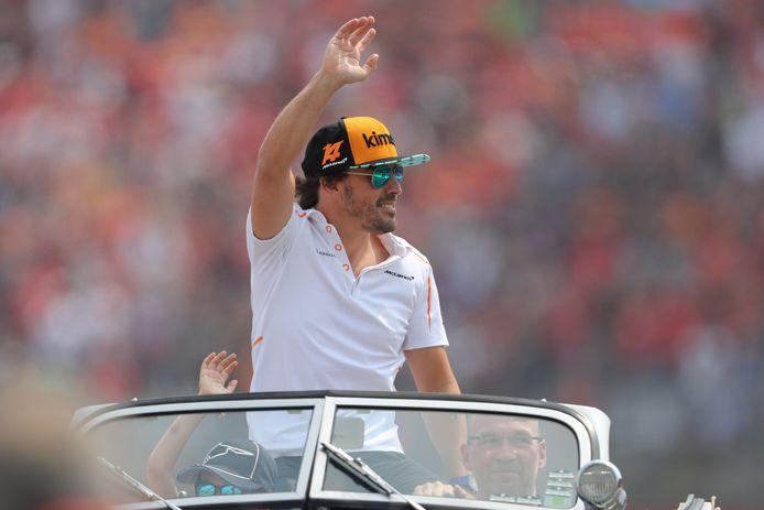 2018: Fernando Alonso zwaait naar de fans op de Hockenheim Ring..