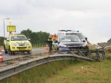 Auto rijdt in vangrail bij oprit A1 bij Holten