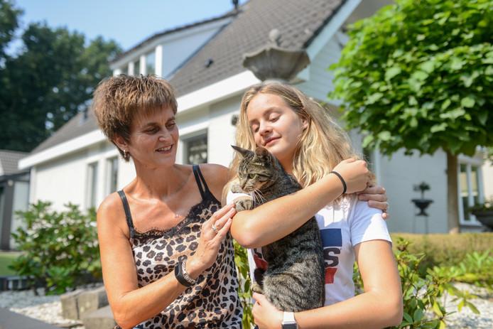 Louize Zoombelt en haar dochter met Pip, die kilometers verderop werd teruggevonden. Hun andere kat Pipje is nog spoorloos.