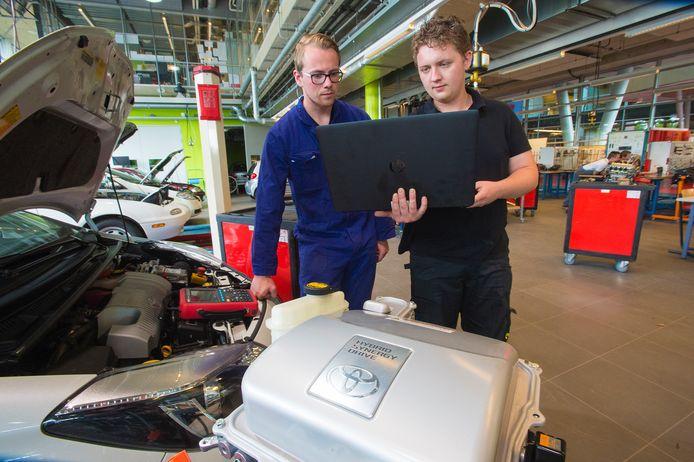 Enorme veranderingen die op stapel staan in de autobranche als gevolg van de opkomst van elektrische auto's. Er is een nieuw type automonteur nodig. Op de foto 3e jaars studenten Leon Oxener (links) en Bryan Berendsen.