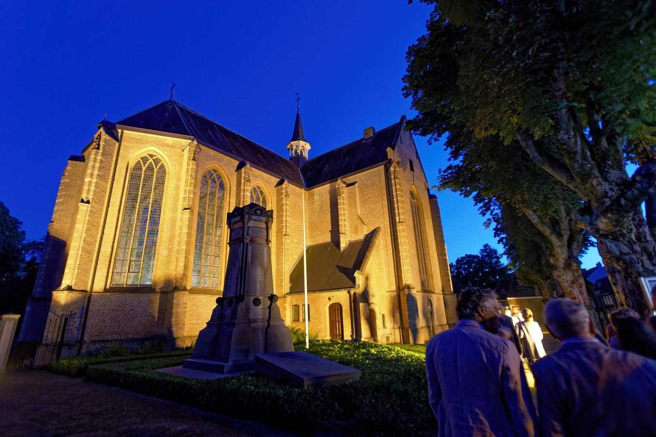 De Laurentiuskerk aan de Duivelsbruglaan in Breda is sinds vanavond verlicht. In de schemering trok een flinke groep belangstellenden langs de protestantse kerk.