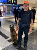 Robert Noteboom op het vliegveld samen met een reddingshond.