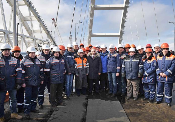 De Russische president Vladimir Poetin inspecteert het voltooide weggedeelte van de Krim-brug over de Straat van Kertsj, naar de Krim. Foto Aleksey Nikolskyi/Sputnik