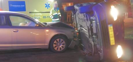 Auto op zijn kant na ongeluk in Enschede, één gewonde