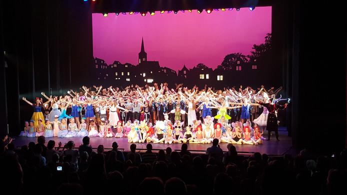 Gisteravond was de première de leerlingenvoorstelling van dans-en balletstudio Door Laverman.