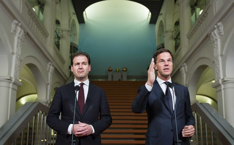 Vicepremier Lodewijk Asscher (L) en premier Mark Rutte geven een toelichting op het akkoord over de opvang van illegalen. Beeld anp