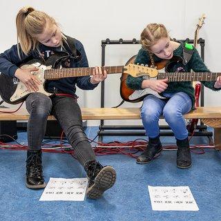 Waar muziekscholen verdwijnen, duikt De Rijdende Popschool op
