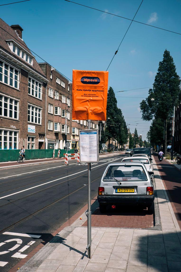 Lijn 16 bij de Haarlemmermeer Station werd afgeschaft, maar er staat nog steeds 'tijdelijk' op de plaat. Beeld Marcel Wogram
