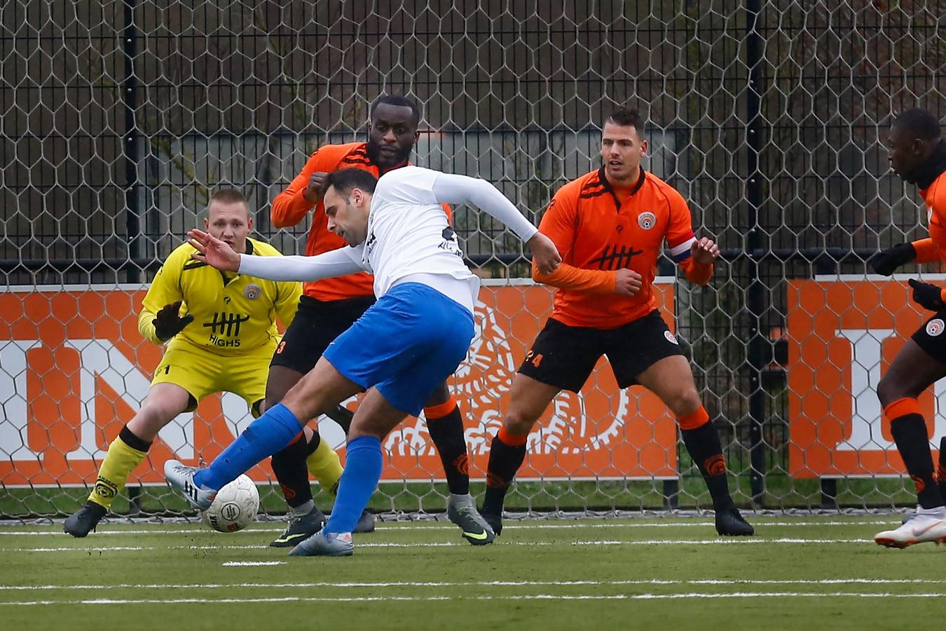 De selectie van De Meern, hier vorig seizoen in actie tegen Leonidas, voetbalt per direct niet meer op zondag.
