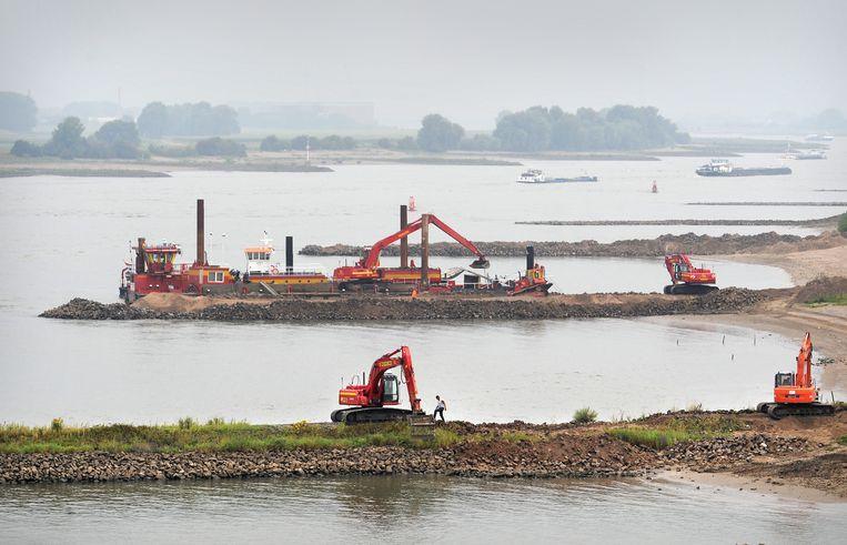 750 kribben aan de Waal worden door Rijkswaterstaat Oost Nederland ruim een meter verlaagd.   Beeld Marcel van den Bergh