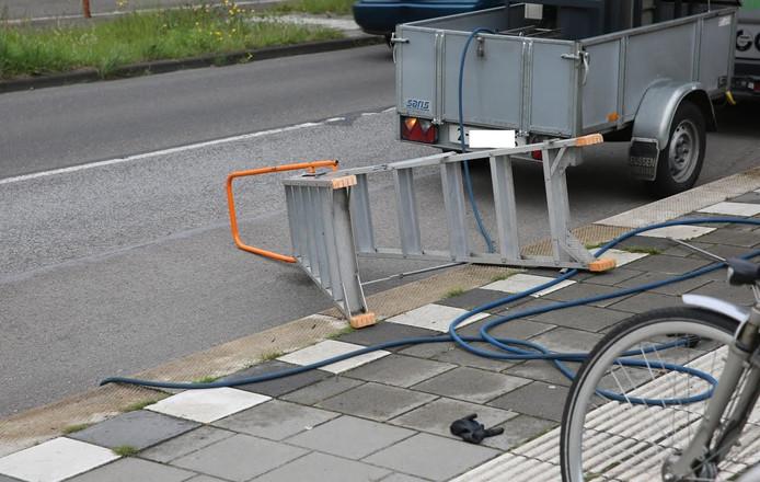 De man was gevallen tijdens het schoonspuiten van een bushokje in Roosendaal.