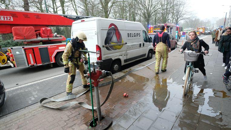 Brandweerlieden sloten de brandslangen meteen aan op straat.