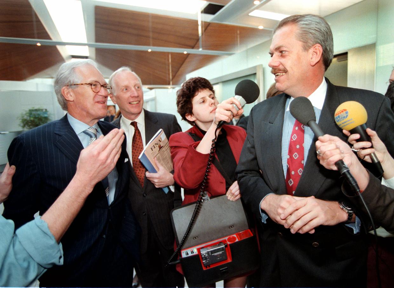 Roel Pieper (rechts) na afloop van de persconferentie over de jaarcijfers van Philips over 1997.   Beeld Hollandse Hoogte / Peter Hilz