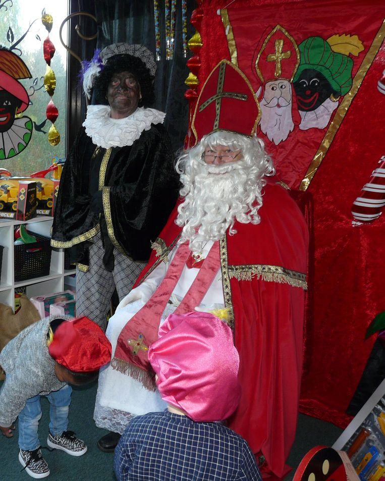 Marcella Dossche, 80 jaar en Zwarte Piet, en haar zoon Patrick als Sinterklaas