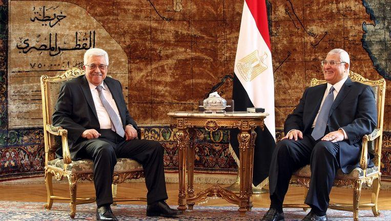 De Egyptische interim-president Adli Mansour (R) spreekt met de Palestijnse president Mahmoud Abbas (L) in Caïro, afgelopen maand. Beeld epa
