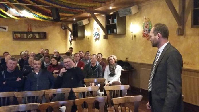 Wethouder Walter Gerritsen luistert naar het betoog van een bezoeker.