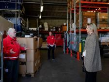 Koningin Máxima blijft op veilige afstand tijdens bezoek Rode Kruis