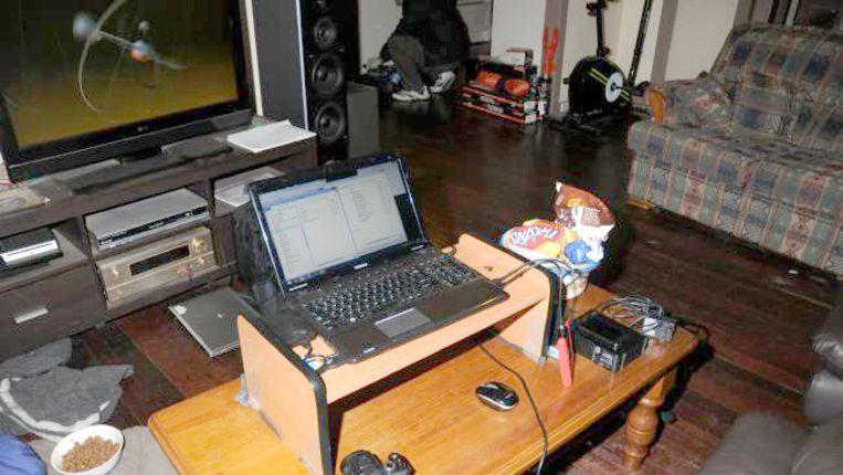 De laptop die M. gebruikte stond tijdens de inval gewoon aan. Die was verbonden aan externe schijf die cruciale informatie bevatte. Beeld x