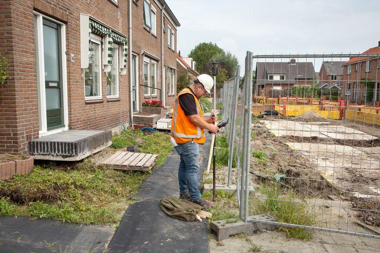 In kerkdorp de Kanis, bij Woerden, worden verzakte straten opgehoogd. Beeld Jörgen Caris