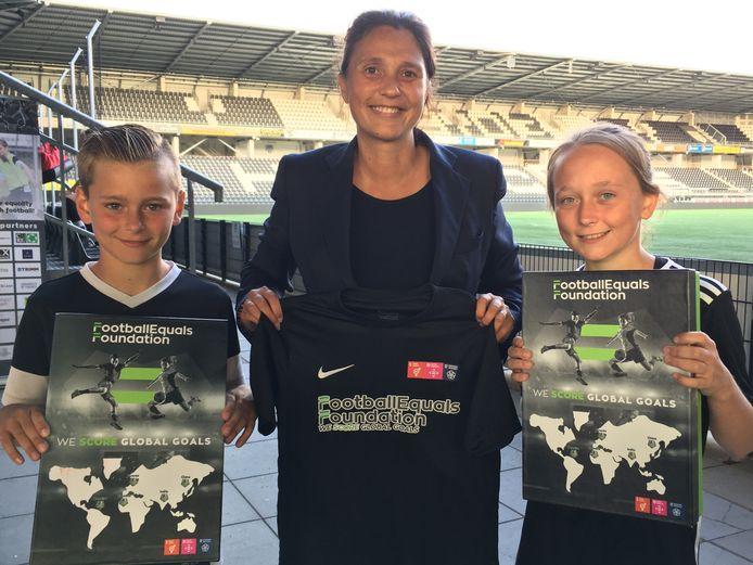Mary Kok-Willemsen met twee spelers van de FootballEquals Academy,  Nathan Dam (links) en Evie Marsman (rechts).