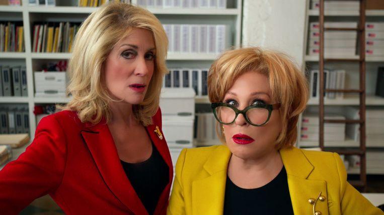 Hadassah Gold (Bette Midler, rechts) is de assistente van staatssenator Dede Standish (Judith Light).  Beeld Netflix