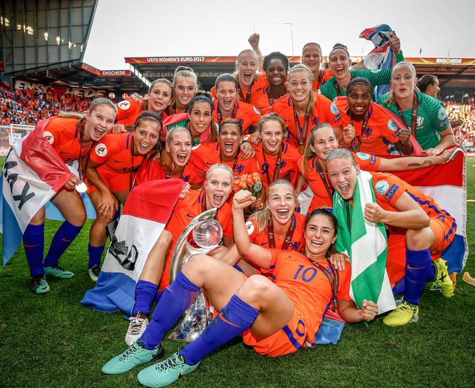 De speelsters van Oranje vieren feest na de gewonnen EK-finale tegen Denemarken.