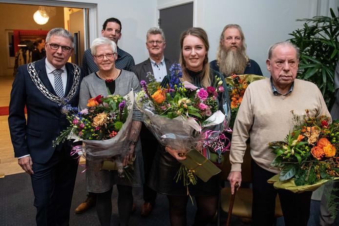 Burgemeester Henk Robben (links) zette op de nieuwjaarsreceptie van de gemeente Wierden zes inwoners in het zonnetje. Van linksaf: Leta Evers (Wierden), Diederick ten Brinke (Enter), Theo Pigge (Wierden), Lieke Roeloffzen (Wierden), Gerald Getkate (Enter) en Johan Altena (Enter).