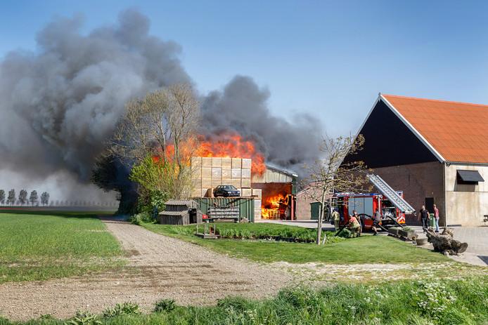 In een schuur waar hooi en stro lag opgeslagen aan de Klinkerlandseweg in Herkingen, woedde vanmiddag een grote brand.