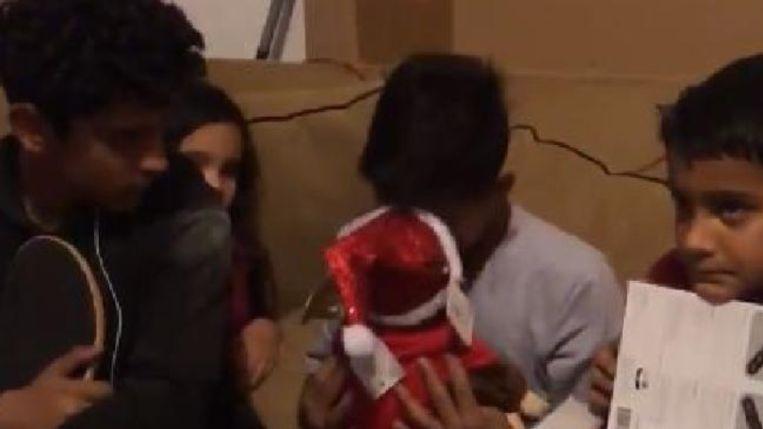 Het jongetje omhelst het aapje meteen wanneer hij de stem van zijn moeder hoort.