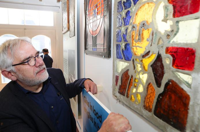 Wethouder Cees Taal bij een bezoek aan het Glasmuseum in Leerdam.