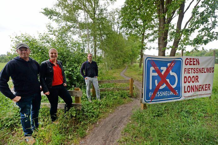 Bewoners van Lonneker voerden eerder actie tegen de variant voor de fietssnelweg via het oude spoorwegtracé, waarover nu een mountainbikeroute loopt.