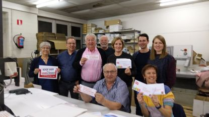 Vrijwilligers en handelsvereniging  steken 644.000 paasbonnen in enveloppes