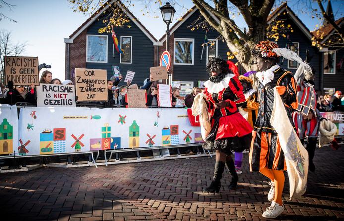 Demonstranten en Zwarte Pieten tijdens de landelijke intocht van Sinterklaas in de Zaanse Schans. ANP FREEK VAN DEN BERGH