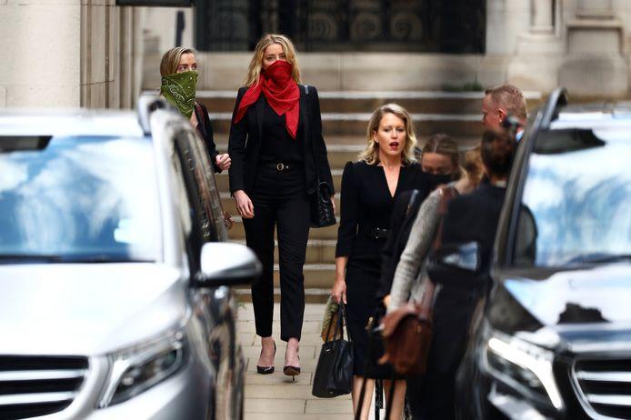 Amber Heard verlaat de rechtbank in Londen.