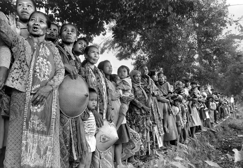 Vrouwen en kinderen in Jogjakarta die het koningspaar opwachten.