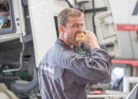 Monteur Rens Groefsema kan het gratis fruit van zijn werkgever wel waarderen.