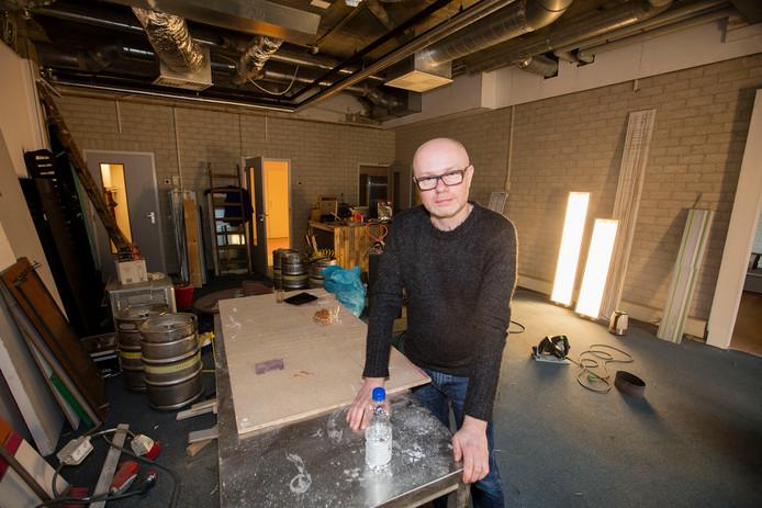 Jan van der Lest in atelierruimte aan de Deken van Somerenstraat in Eindhoven