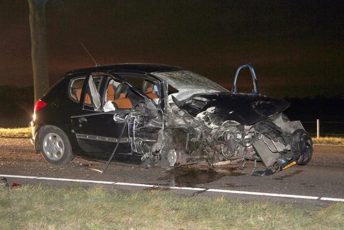 Auto verwoest en bestuurder gewond na ongeluk Langstraat Deurne