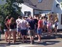 Minuut stilte in Neerkant: mensen rouwen om de omgekomen familie Wals.