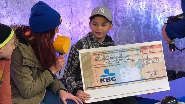 Breakdancer Seth met de cheque bij De Warmste Week.