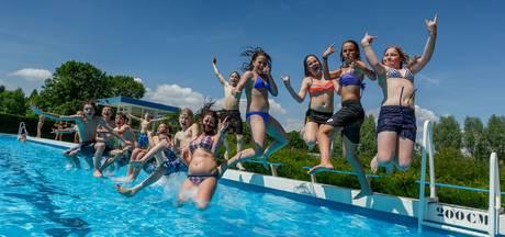 Tieners duiken 's nachts in zwembad Zevenbergen