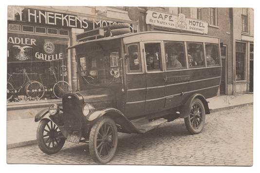 De Chevrolet-bus op de Varkensmarkt voor het pand van Henri Nefkens (1924).