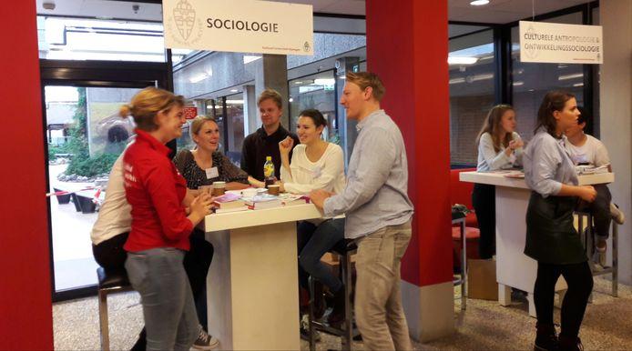 Scholieren en studenten in gesprek in het Spinozagebouw.