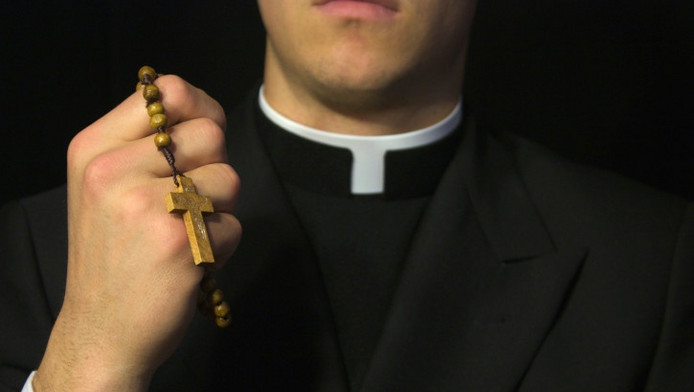 Close-up priester met kruis